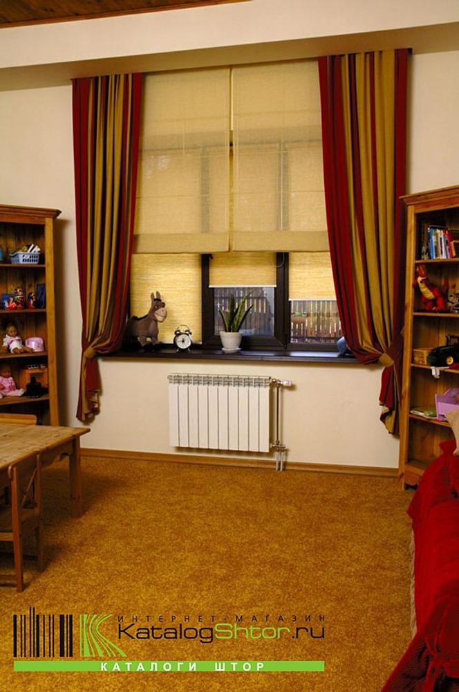 Рис. 2. Портьеры + рулонные шторы - почему бы и нет? Это не только стильно, но очень удобно.