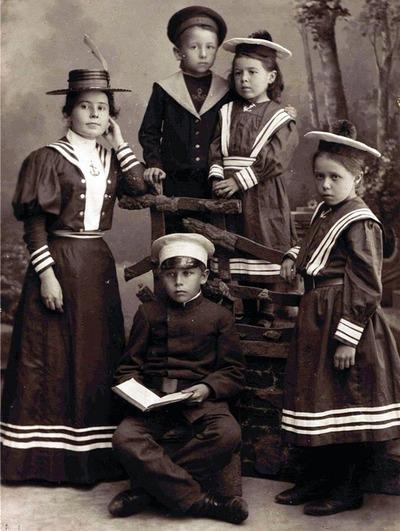 Фото. Дети в морских костюмах. Фотография начала XX века.