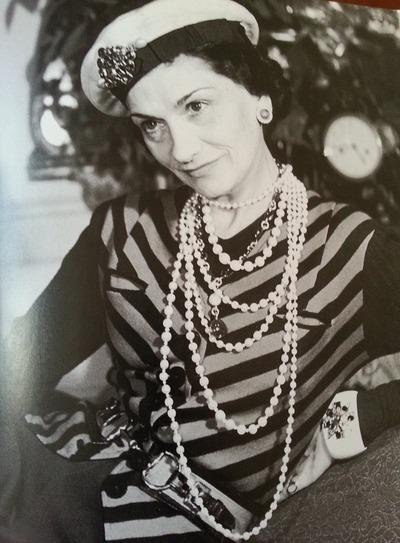 """Фото. Коко Шанель в """"тельняшке"""". Образ дополняют небольшая шляпка или головной платок и несколько рядов жемчуга."""