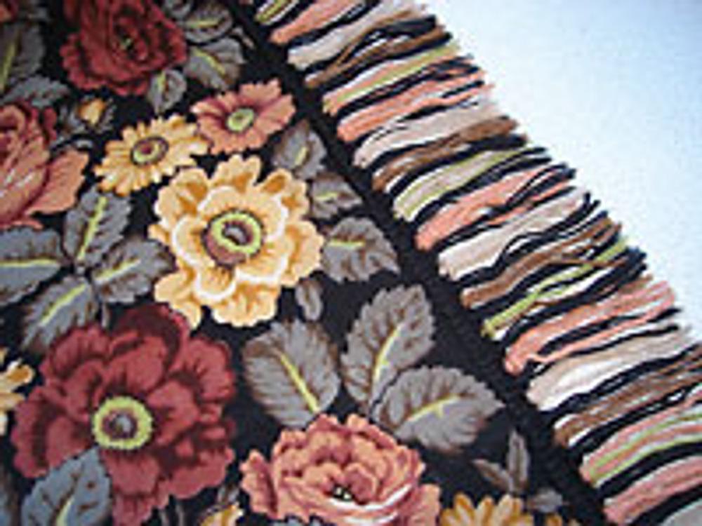 Фото 2. Декорированная павлопосадская шаль - увеличенный фрагмент.