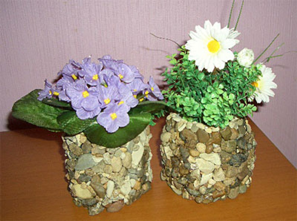 Фото 1. Вазочки, декорированные камнями.