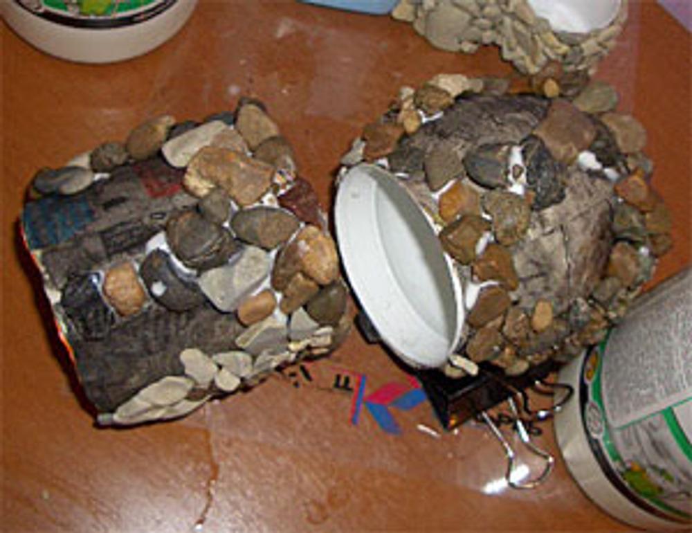 Фото 4. Приклеивание камня к поверхности.