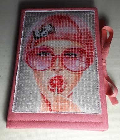 Фото. Приятная мелочь, которую любят все девочки: гламурный блокнотик. Обтянут габардином с синтепоном, картинка из пайеток и завязочки из киперки.