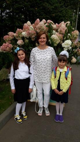 Фото. Здравствуй, школа! Мама и дочки.