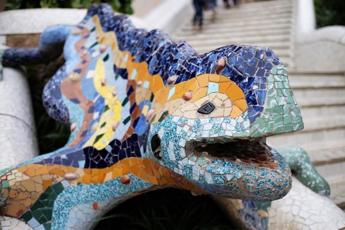 Фото. Мозаичная саламандра. Парк Гуэль (Барселона), созданный Антонио Гауди в 1900—1914 гг.