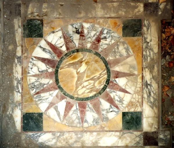 Фото. Мраморная кладка opus sectile на полу виллы Адриана. Тиволи, 118—134 гг.