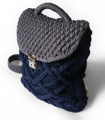 Фото. Удобный вязаный рюкзак из полиэфирного шнура двух цветов - темно-синего и серого цветов. Застежка из металла. Вязаные лямки можно сделать удобной ширины. Автор работы - Svero