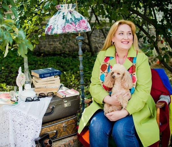 Фото. Оксана Назарова (ник в Клубе - искусница ) с  пуделяшкой Дариеттой.