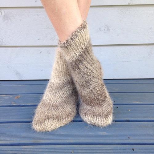 Фото. Существуют разные схемы вязания носков. Например, такая, чем-то напоминающая мокасины. Эти носки связаны из шерсти алабая.  Автор работы - PejGeps