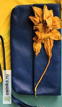 Фото. Стильный клатч тоже украшен весенними цветами. Автор работы - Lazuranna