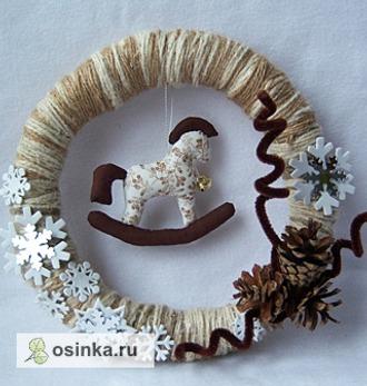 Фото. Сшитые из образков ткани лошадка-елочная игрушка и оригинальный новогодний венок украсят ваш дом. Их смастерила Larisynya .