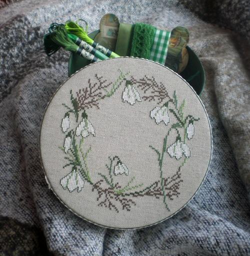 Фото. Коробочка, украшенная вышивкой с нежными подснежниками от Акуфактума.   Автор работы - росомашка