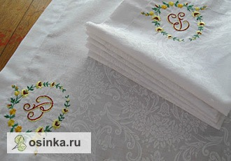 Фото. Белоснежные салфетки с вышитой монограммой - дань традиции. Автор - Маюття .