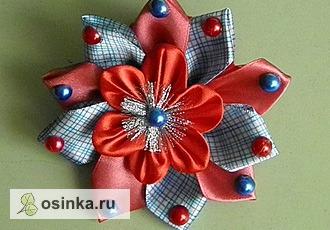 Фото. Цветочки канзаши можно делать разноцветными, сочетать с бантами и лентами, украшать стразами, пайетками, бусинами и бисером.. Автор - Табусик .