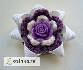 Фото. Вязаные цветочки в заколках можно эффектно дополнить лентами, бусинами, и даже украшениями из полимерной глины. Автор - Nod@ .
