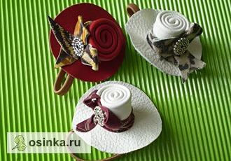 Фото. Если мама работает с кожей, ее обрезки вполне могут стать такими вот оригинальными резинками-шляпками. Не правда ли мило? Автор - Sveсhk@