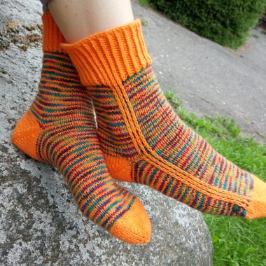 """Фото. Эти яркие носки связаны  от мыска, с """"вечной пяткой"""", ряды однотонной и пестрой пряжи чередуются. Автор работы - llorenca"""