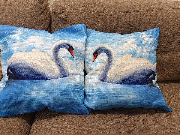 """Фото. """"Лебеди"""", вышитые подушки.  Автор работы - milkyulia"""