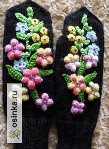"""Фото. Варежки """"Скоро праздник!"""" украшены цветочной вышивкой. Автор - Astra-T61 ."""