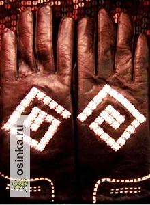 """Фото. Кожаные перчатки декорированы стразами """"греческим"""" узором. Автор - IrenaT ."""