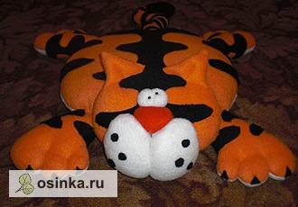 """Фото. """"Тигр"""" - это одновременно и подушка, и большая мягкая игрушка. Автор - Ltaty ."""