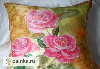 Фото. Подушка из натурального атласа, рисунок выполнен в технике холодного батика. Автор - Fantaserka .