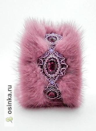 Фото. Изящная и яркая вышивка с кристаллами и бусинами Swarovski, просто волшебно смотрится на меховой основе. А результат - неповторимый браслет Автор  - AllushkA .