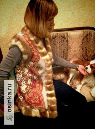Фото. Мех широко используется при отделке: жилет из павловопосадского платка отделан мехом куницы. Автор - Minka .