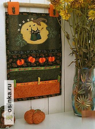 Фото. В  дни Хэллоуина тыквами обычно украшен весь дом. На фото - праздничный органайзер с тыквами и тыква-игольница от Zira-el .