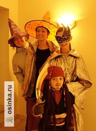 Фото. А еще Хэллоуин - это веселье, маски, наряды и костюмы. Авторы этих - Silverpoplar и Irish1.