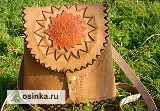 Фото. Удобный маленький рюкзак из плотной кожи с тиснением расшит кожаными шнурами и украшен аппликацией. Автор - Лапсик .
