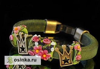 Фото. Очаровательный браслет из натуральной кожи от Atkins украшен стеклянными бусинами и металлической фурнитурой.