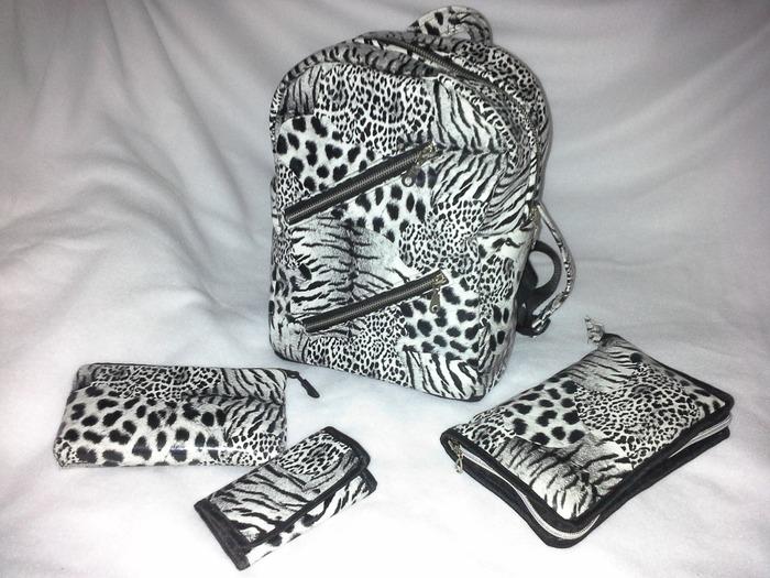 Фото. Все, что нужно к школе: школьный рюкзак, пенал, косметичка и кошелек.  Автор - nnida