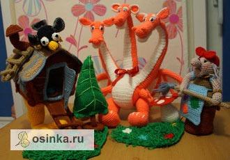 Фото. А это - не просто игрушка-развивашка, а настоящий вязаный  кукольный театр, с актерами и декорациями! Автор - Alekina .