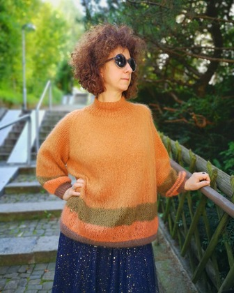 Фото. Наташа-рыбка в моем свитере. Свитерок из кид-мохера - просто реглан, без швов.