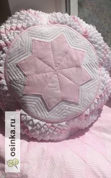 Фото. Стильная подушка для спальни - сочетание не только лоскутной техники, но и декоративной стежки. Автор - Веснушкины Лоскутки .