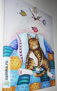 """Фото. Часы """"Спящий кот"""" - холст на подрамнике, масло, объемные контуры, деревянные рыбины, бусины. Автор - Юля Васильева ."""