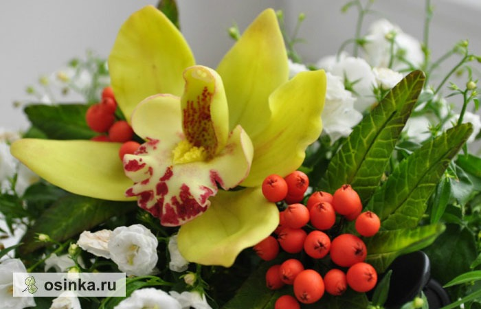 Фото. Орхидея - самый популярный цветок у флористов. Но и ягоды рябины получаются очень реалистично... Автор - YaDandy .