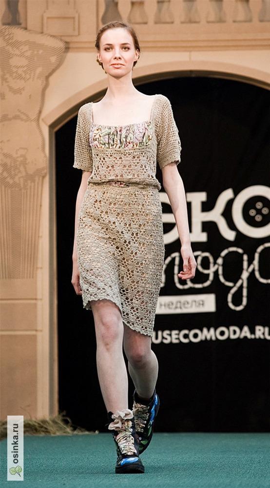 """Фото. Платье, отрезное по линии талии, связано крючком из 100% льна. Драпированная грудка из шелковой шали """"Аромат любви"""". Неделя Экомоды-2012 в Москве."""