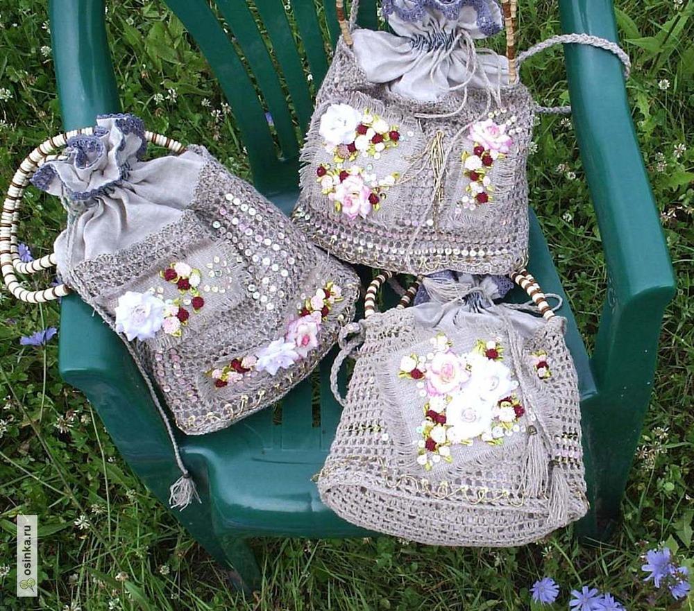 Фото. Льняные сумочки (комбинирование ткани и вязания крючком. Отделка - вышивка бисером, пайетками, стеклярусом и атласными цветочками).