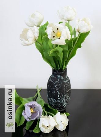 Фото. Нежные ирисы и тюльпаны - любимые цветы накануне 8 Марта.