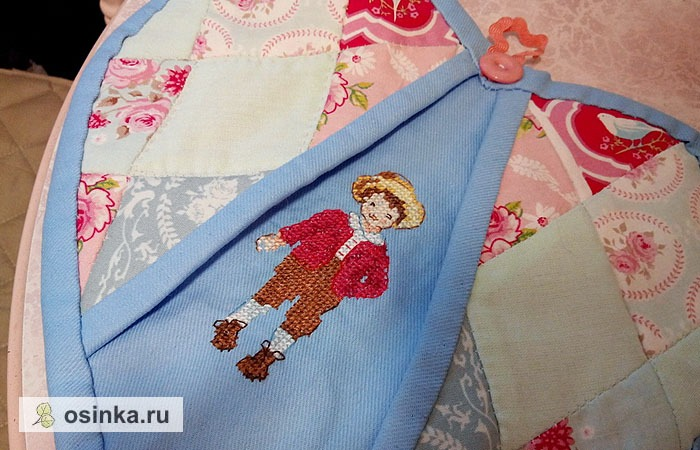 Фото. Помимо традиционных кругов и квадратов, прихватки могут быть выполнены и в форме сердечка, с удобными кармашками для пальцев. Автор - Julia87 .