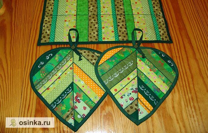 Фото. Зеленые листики - очень весенняя тема! Особенно, если прихватки выполнены их тканей соответствующих цветов и украшены декоративными машинными строчками. Автор - NatalieK .