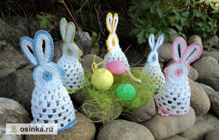 Фото. Вязаные зайчики могут быть украшением для пасхальных яиц, а могут - просто симпатичным сувениром. Автор - lor4eto .