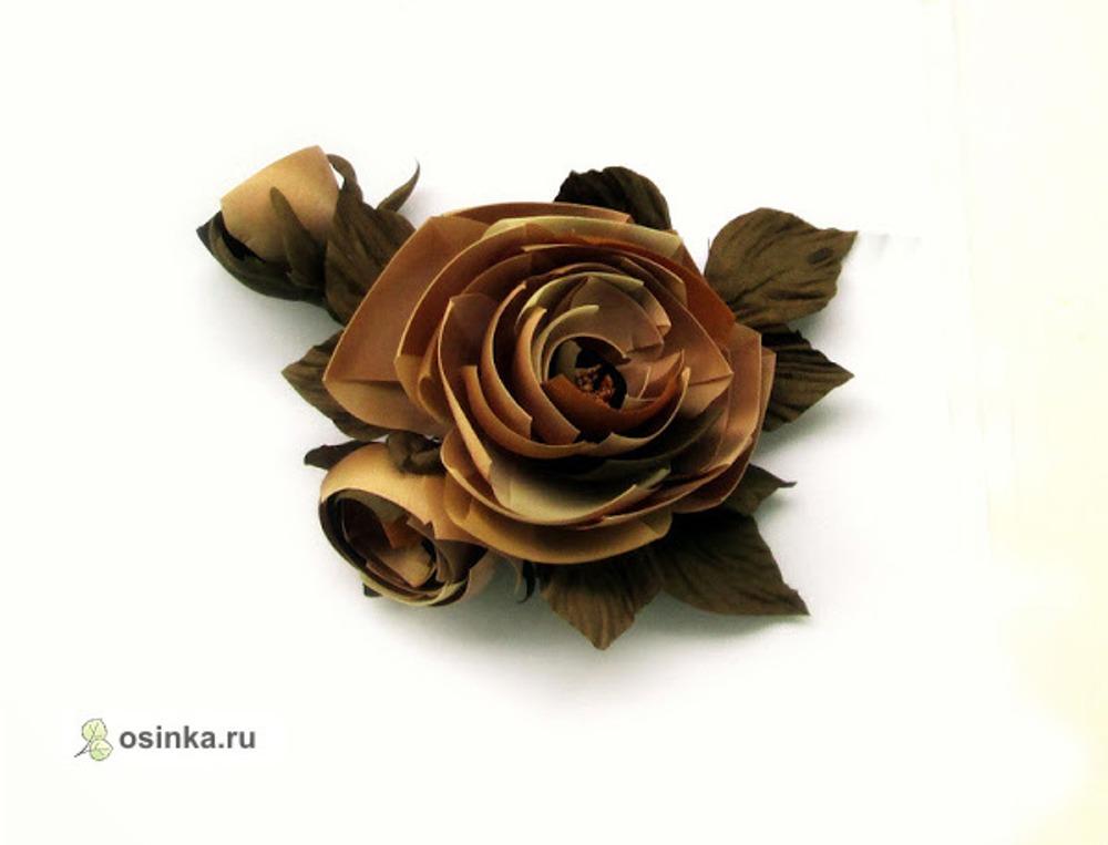 """Фото. """"Графическая"""" роза, из разных тканей (натуральных и синтетических), подходящих по цвету. Листья двухслойные."""