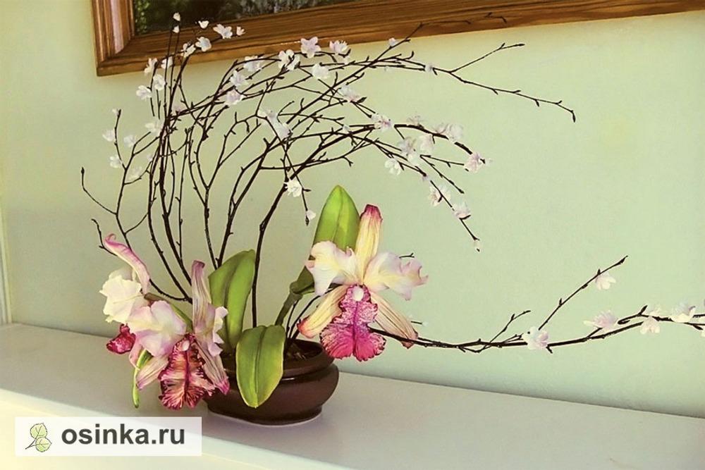 """Фото. Икебана с орхидеями Cattleya dowiana, выполненными из шёлкового атласа и крепдешина, листья - вискоза. Роспись лепестков - в технике """"горячий батик""""."""