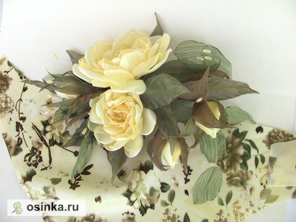 Фото. Композиция на талию для наряда. Цветочки изготовлены в мягкой технике из ткани нужного цвета, листья - двухслойные или загофрированы горячим способом.