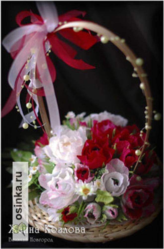 Фото. Небольшая корзинка из 29 красно-белых роз.