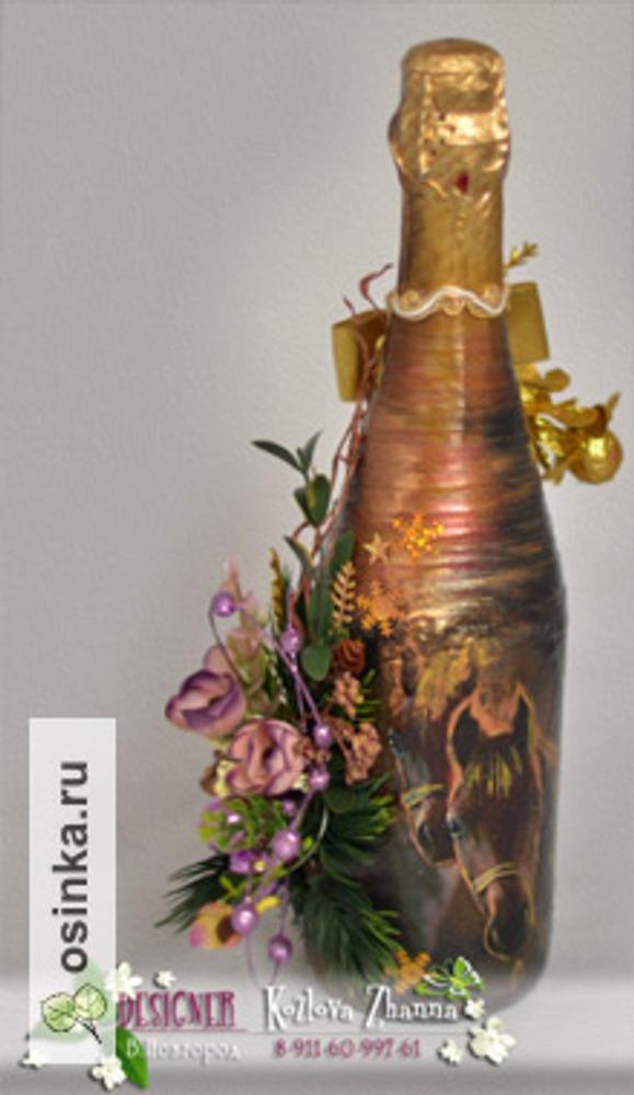 Фото. Новогоднее оформление шампанского. В смешанной технике - декупаж, прорисовка, оформление лентами и  флористическими материалами.