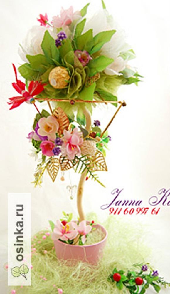 Фото. Топиарий со сладкими цветами из органзы и креп-бумаги. Использован каркас от люстры.